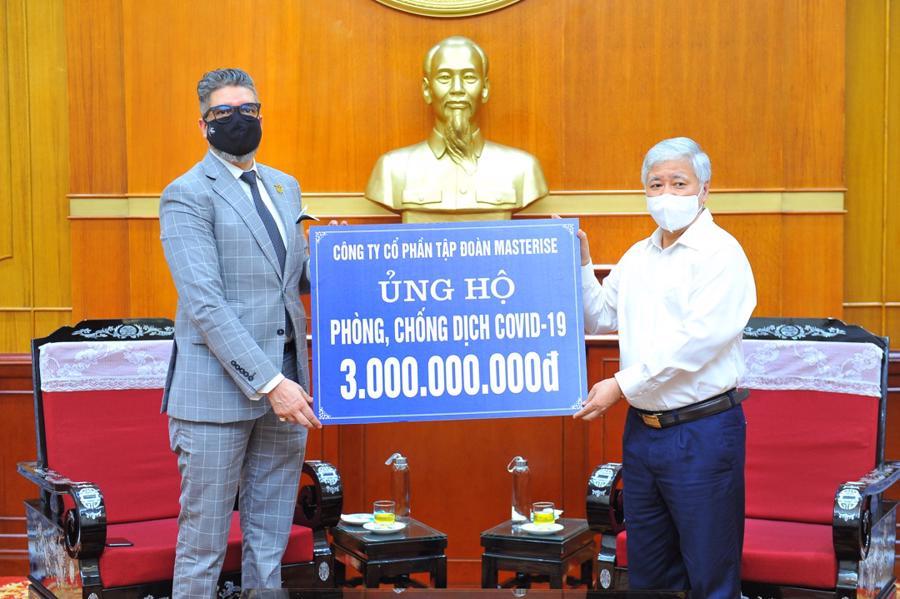 Chủ tịch UBTƯ Mặt trận Tổ quốc Việt Nam - ông Đỗ Văn Chiến tiếp nhận hỗ trợ.