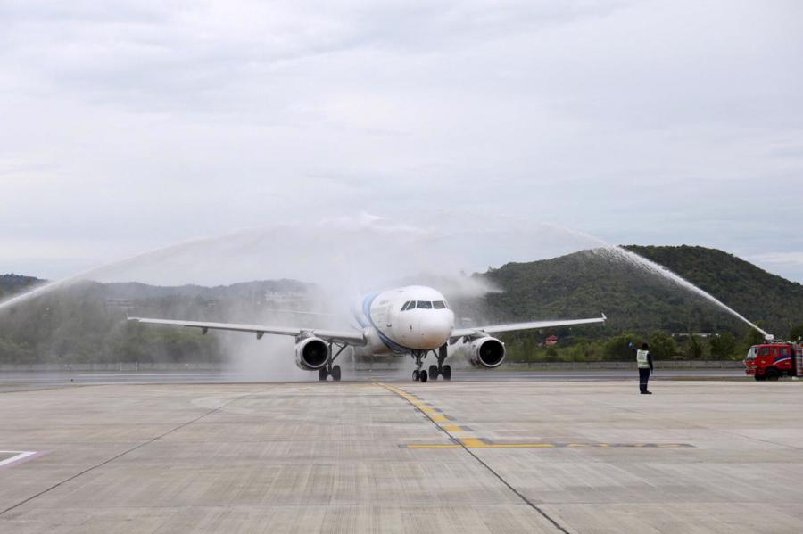 Màn phun nước đón chào chiếc máy bay của Bangkok Airways chở nhóm du khách đầu tiên đến Koh Samui.Ảnh: Bangkok Post.