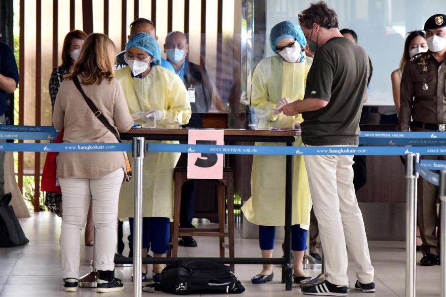 10 vị khách đầu tiên hạ cánh đều là người của giới truyền thông, được mời tới để thử nghiệm chương trình. Ảnh: Bangkok Post.
