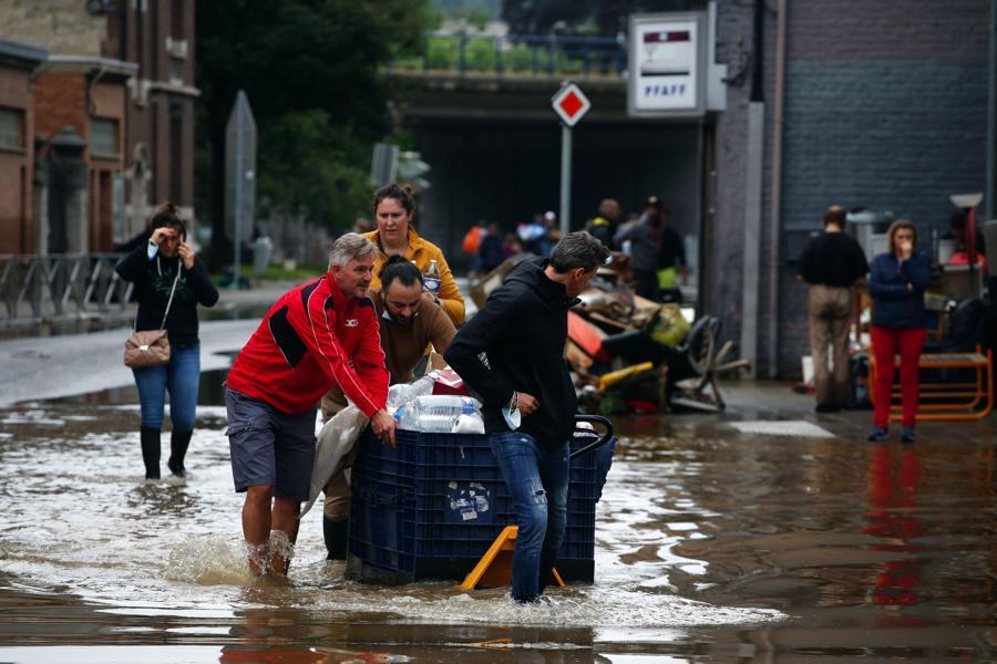 Hỗ trợ giao nước ngọt cho người dân tại khu vực bị ảnh hưởng bởi lũ lụt tại Liege, Bỉ - Ảnh:Bloomberg