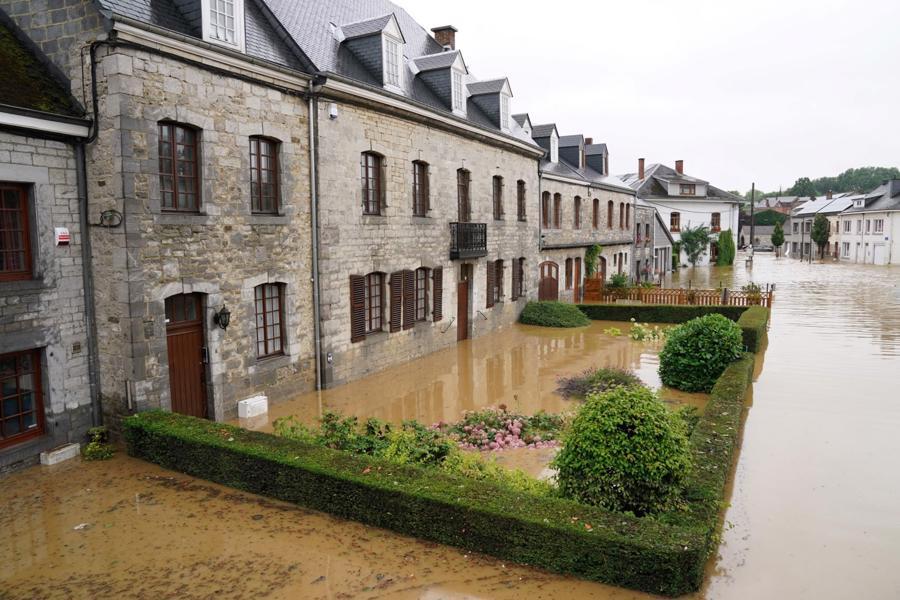 Một con phố bị ngập ở Rochefort, Bỉ - Ảnh: AFP/Getty Images