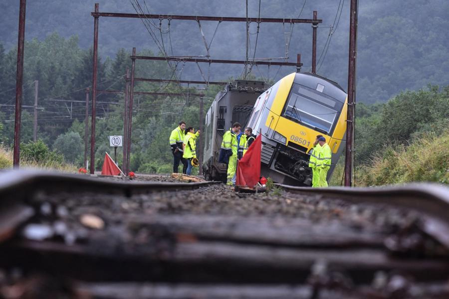 Một toa tàu bị trật bánh do mưa lớn gần thị trấn Rochefort ở Bỉ- Ảnh: AFP/Getty Images