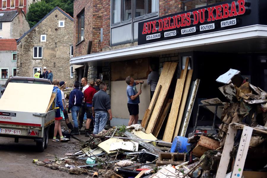 Công nhân sửa chữa một nhà hàng bị hư hại do lũ lụt ở Liege, Bỉ - Ảnh: Bloomberg