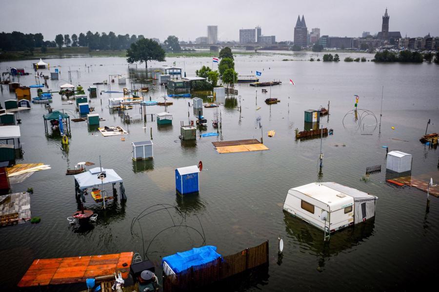 Nước lũ dâng cao tạo một địa điểm cắm trại ở Hà Lan - Ảnh: AFP/Getty Images