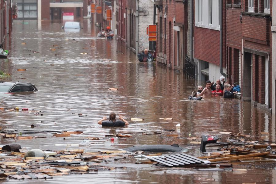 Một người dân di chuyển qua con phố ngập trong biển nước sau cơn mưa lớn tại Liege, Bỉ -Ảnh: AFP/Getty Images
