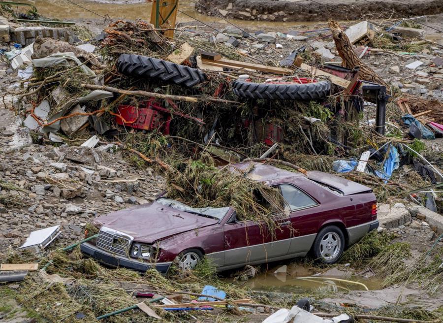Ôtô và nhiều tài sản khác bị hư hỏng ở Schuld - Ảnh: AP