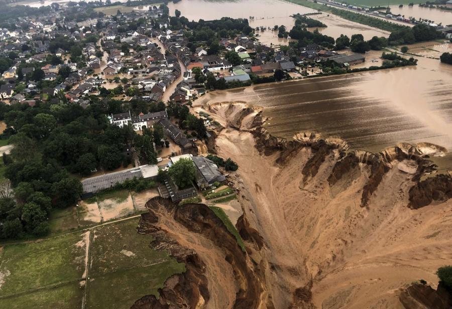 Sạt lở nghiêm trọng tạithị trấn Erftstadt, phía tây nam thành phố Cologne, Đức khiến nhiều ngôi nhà bị sập, sụt lún - Ảnh:AP