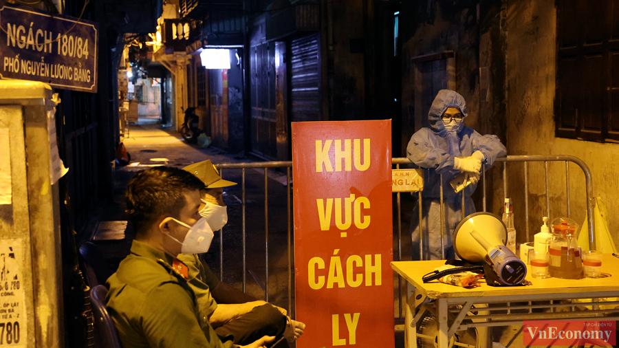 Chủ tịch phường Quang Trung liên tục thông báo loa, đề nghị mọi người dân trong khu cách ly không ra khỏi nhà khi không có việc cần thiết.