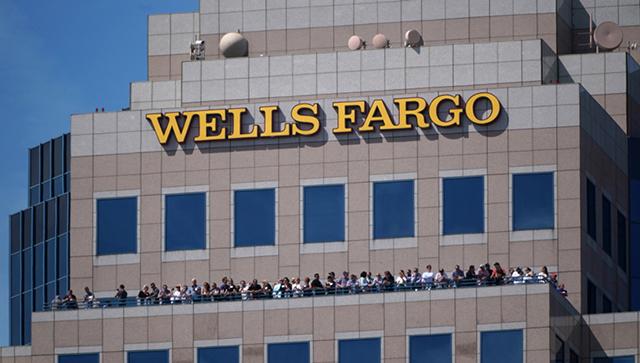 """Ngân hàng Wells Fargo bị phạt 3 tỷ USD năm 2020 vì thiết lập tài khoản trái phép, vi phạm tiêu chuẩn ESG về """"Xã hội: khách hàng và sản phẩm""""."""