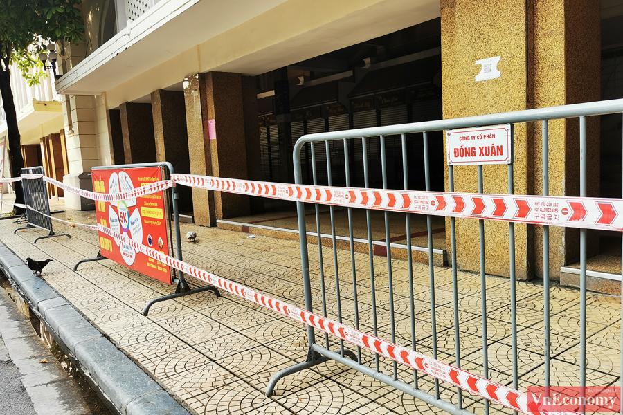 Xung quanh khu vực chợ, những rào chắn đã được dựng lên kèm theo biển cảnh báo phòng chống dịch Covid-19.