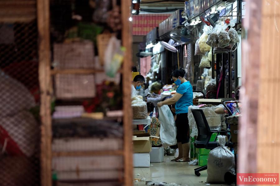 Khoảng 150 gian hàng kinh doanh lương thực, thực phẩm được phép hoạt động. Tuy nhiên, do những ngày này chợ cũng vắng khách hơn hẳn ngày thường, nên nhiều tiểu thương tình nguyện đóng gian hàng để phòng dịch.
