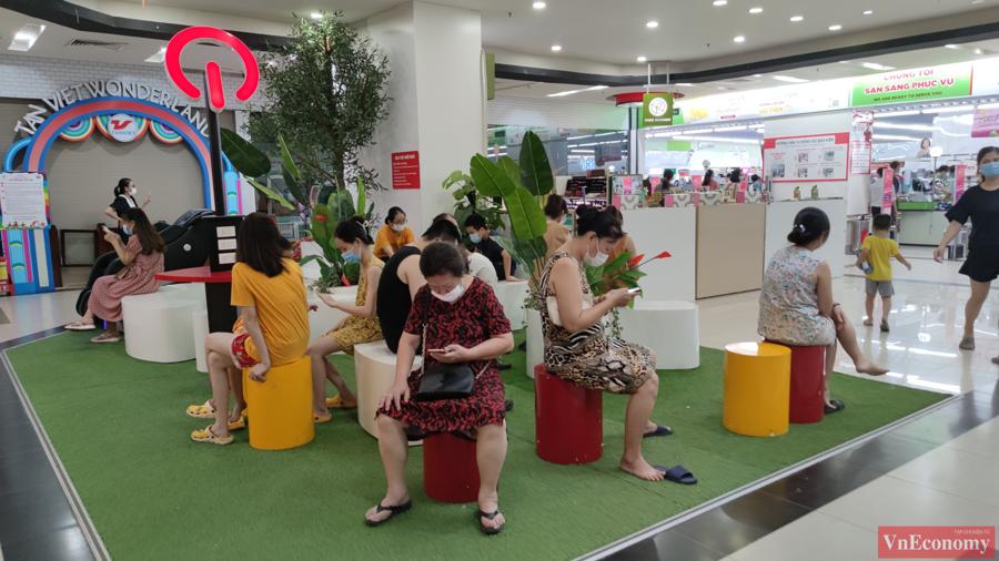 Bên trong siêu thị quá đông cộng với hàng dài người đang xếp hàng chờ thanh toán đã khiến một số người dân phải tìm chỗ nghỉ chân cho đỡ mệt mỏi.