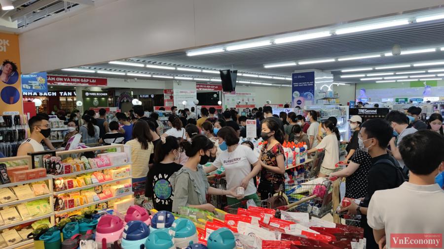 Người dân Hà Nội đổ xô đi mua hàng tích trữ, siêu thị đông nghẹt - Ảnh 1