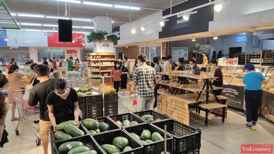 Người dân Hà Nội đổ xô đi mua hàng tích trữ, siêu thị đông nghẹt - Ảnh 3