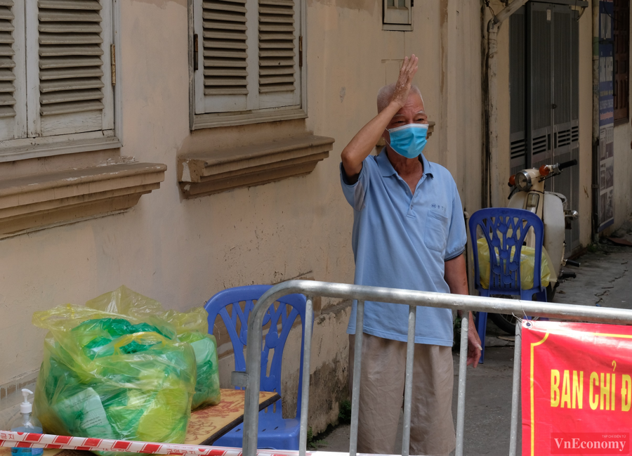 Một người dân báo bình an tới người thân đang ở ngoài khu vực phong tỏa.