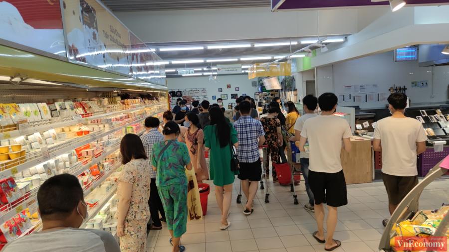 Người dân Hà Nội đổ xô đi mua hàng tích trữ, siêu thị đông nghẹt - Ảnh 2