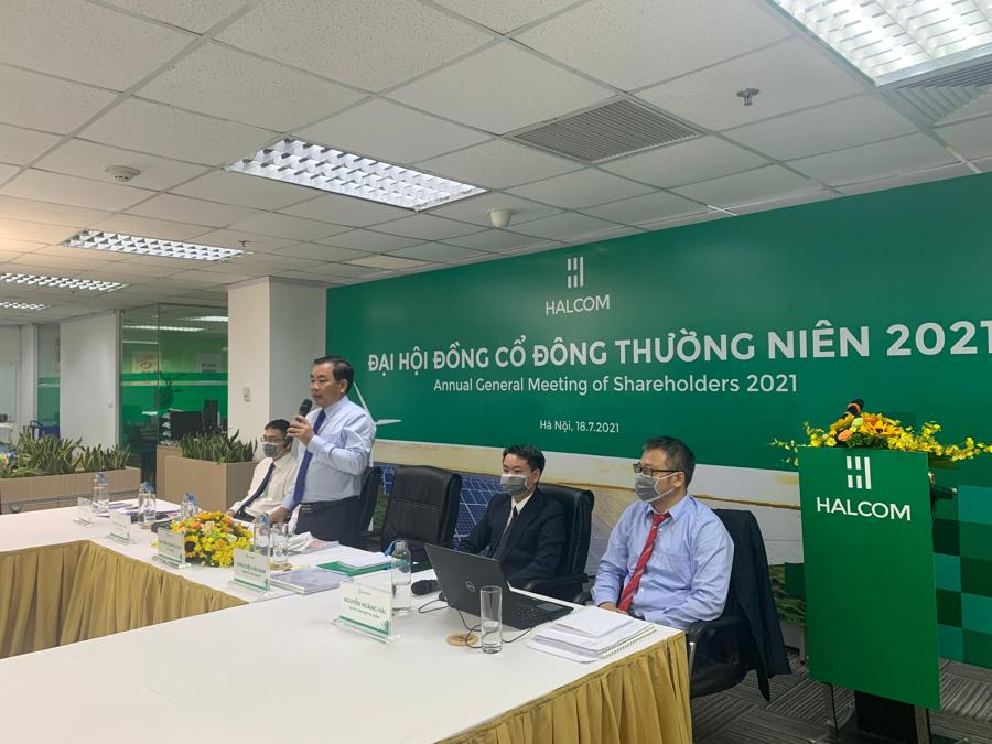Ông Nguyễn Quang Huân – Chủ tịch HĐQT Công ty CP Halcom Việt Nam cùng đoàn chủ tịch giải đáp thắc mắc của cổ đông tham dự trực tuyến.