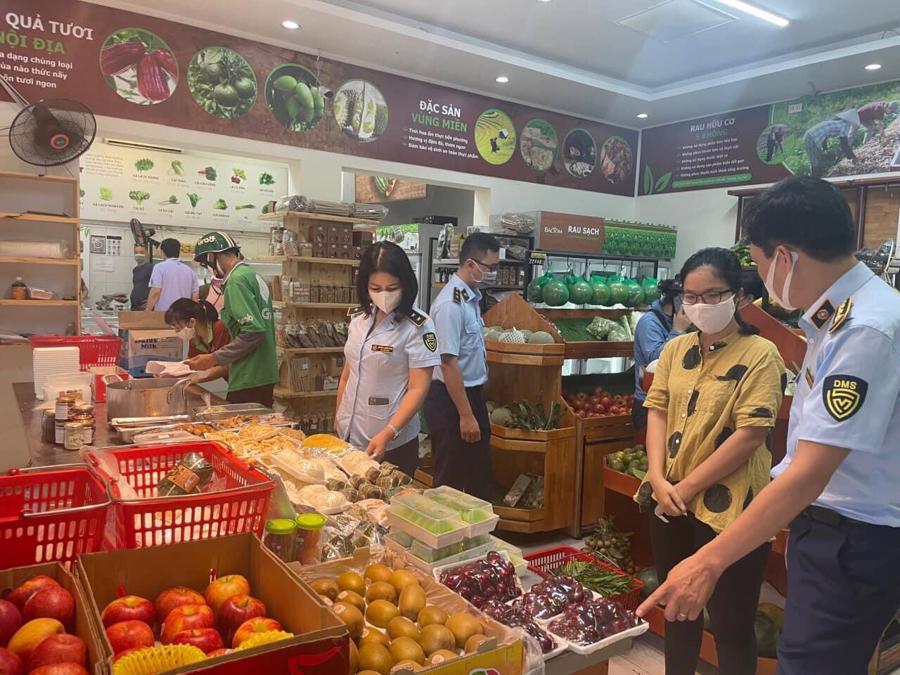 Lực lượng quản lý thị trường Hà Nội đi kiểm tra một số điểm bán hàng trong chiều 18/7.