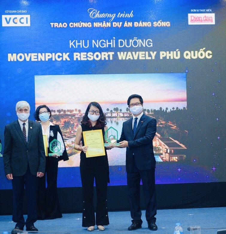 """Đại diện MIKGroup nhận giải """"Khu nghỉ dưỡng được yêu thích nhất 2021"""" cho Movenpick Resort Waverly Phú Quốc."""