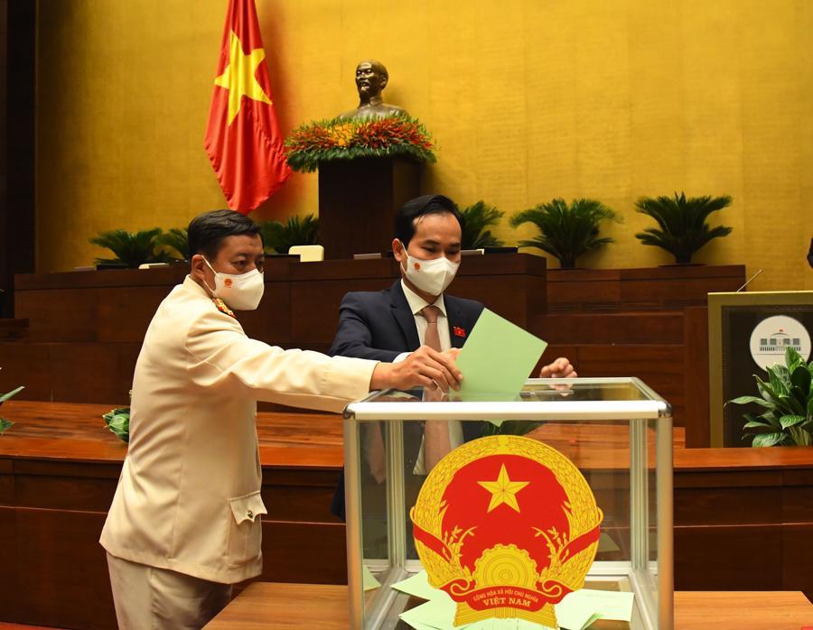 Quốc hội bầu Phó Chủ tịch Quốc hội và Ủy viên Ủy ban Thường vụ Quốc hội bằng hình thức bỏ phiếu kín - Ảnh: Quochoi.vn