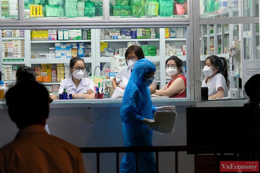 Hà Nội: Trắng đêm lấy mẫu xét nghiệm tại khu vực nhà thuốc Láng Hạ - Ảnh 3