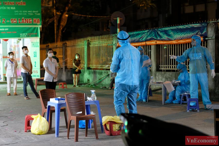 Hà Nội: Trắng đêm lấy mẫu xét nghiệm tại khu vực nhà thuốc Láng Hạ - Ảnh 7