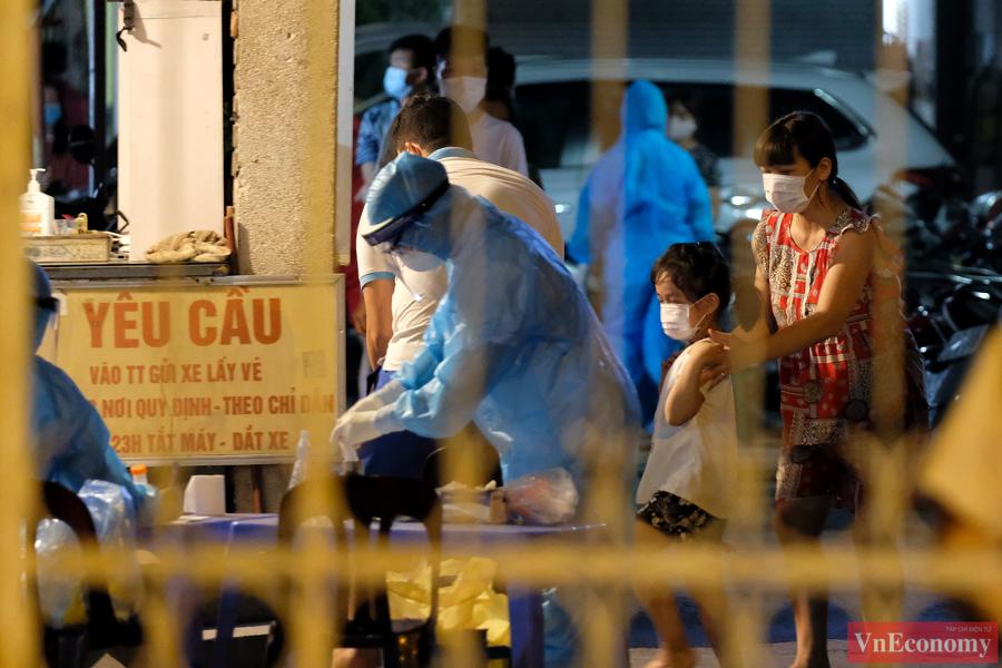Lực lượng y tế làm việc khẩn trương để kịp thời khoanh vùng, truy vết các ca bệnh.