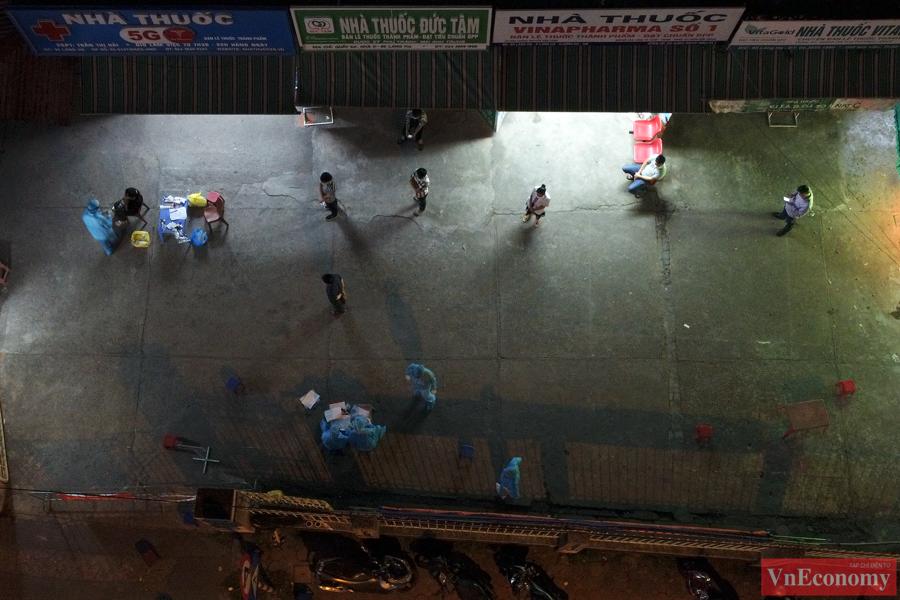 Hà Nội: Trắng đêm lấy mẫu xét nghiệm tại khu vực nhà thuốc Láng Hạ - Ảnh 4