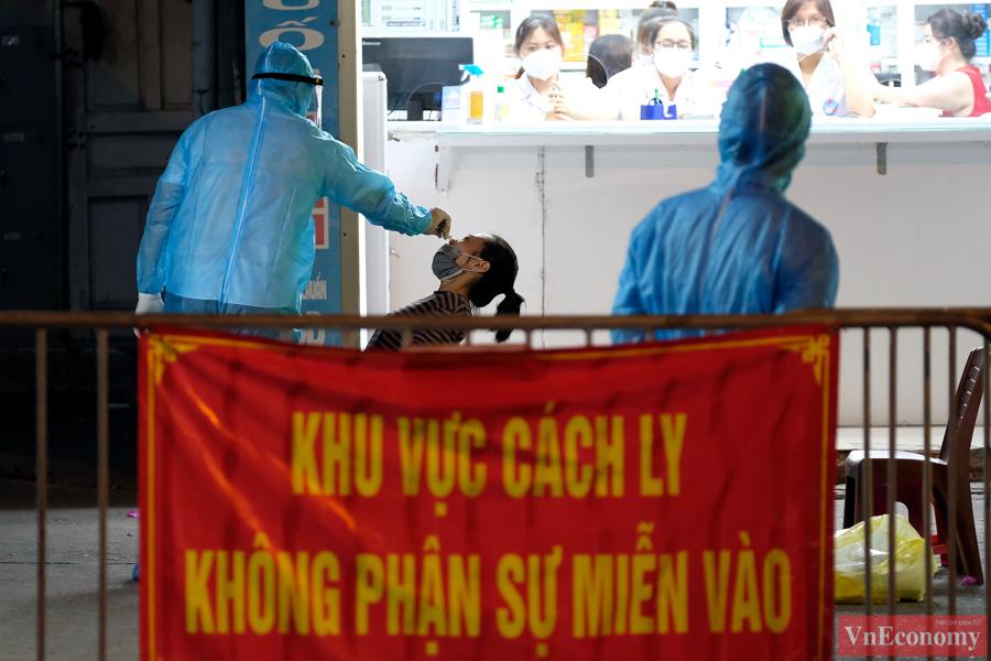 Hà Nội: Trắng đêm lấy mẫu xét nghiệm tại khu vực nhà thuốc Láng Hạ - Ảnh 5