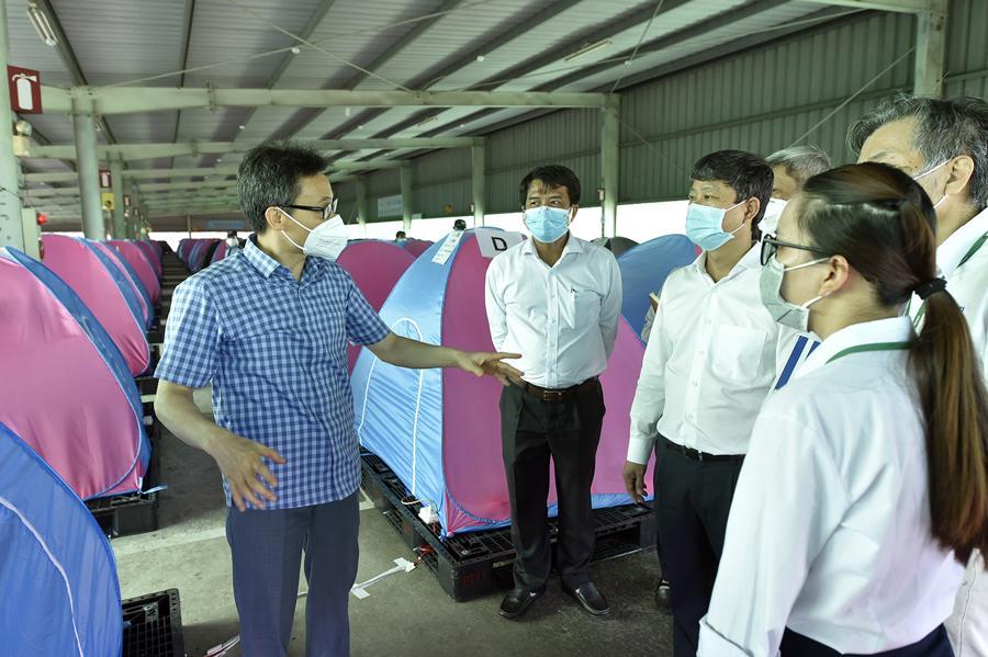 Phó Thủ tướng Vũ Đức Đam thăm, kiểm tra công tác phòng, chống dịch tại Công ty Yazaki (TP. Dĩ An, tỉnh Bình Dương). Ảnh - VGP.