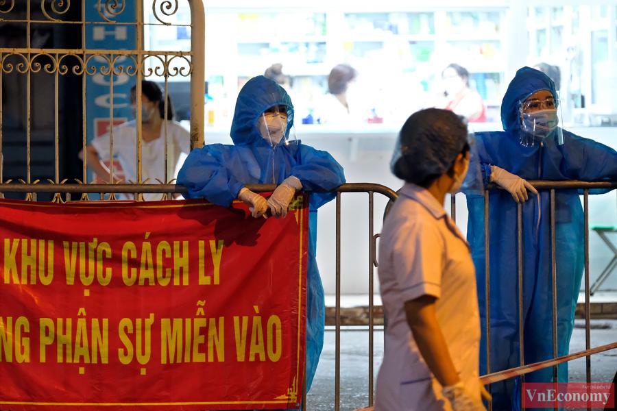 Hà Nội: Trắng đêm lấy mẫu xét nghiệm tại khu vực nhà thuốc Láng Hạ - Ảnh 2