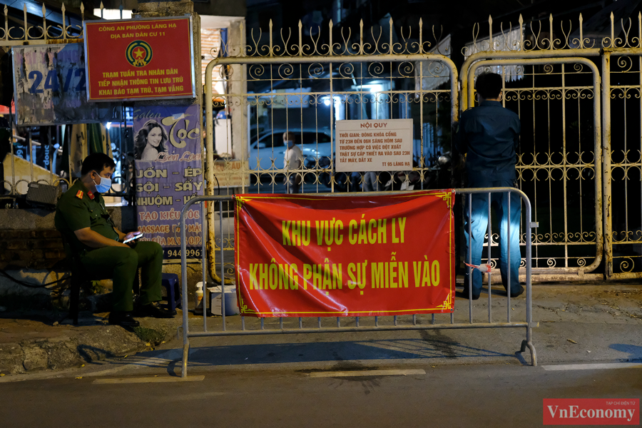 Hà Nội: Trắng đêm lấy mẫu xét nghiệm tại khu vực nhà thuốc Láng Hạ - Ảnh 1