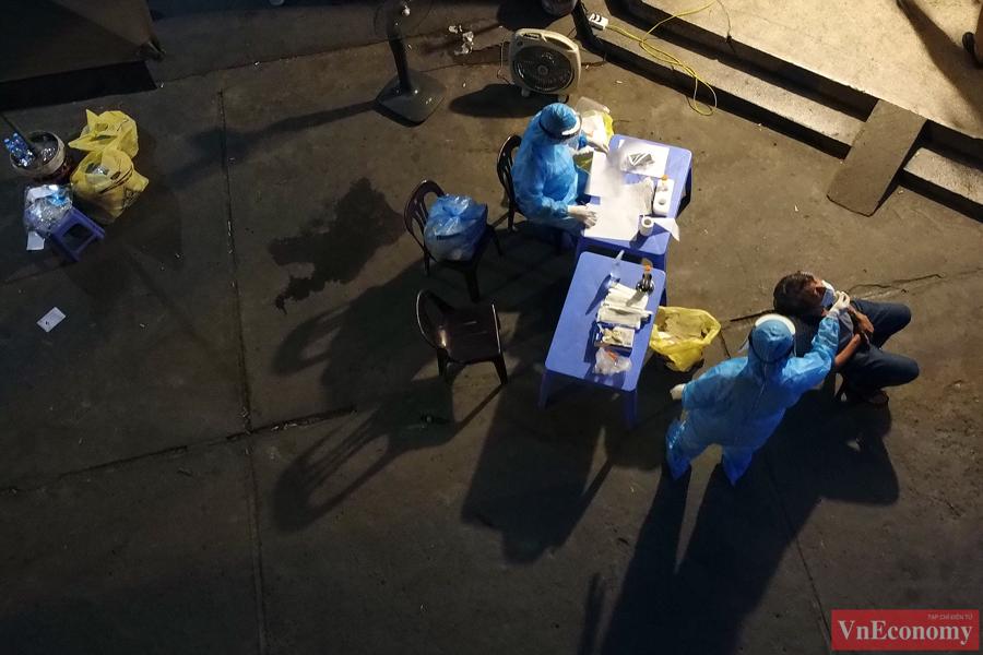 Hà Nội: Trắng đêm lấy mẫu xét nghiệm tại khu vực nhà thuốc Láng Hạ - Ảnh 8
