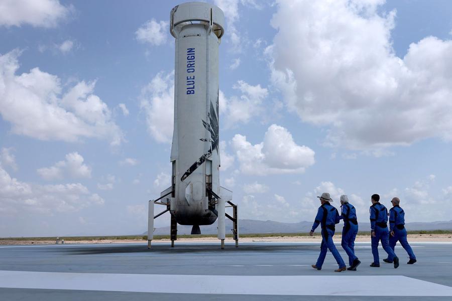 Phi hành đoàn tiến về New Shepard để chụp ảnh sau bay - Ảnh: Getty Images
