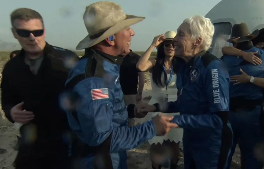 Ông Bezos nói chuyện với bà Wally Funk sau chuyến bay. Bà Funk, 82 tuổi, từng được đào tạo cho chương trìnhMercury 13. Cách đây 60 năm, bà từng tham gia ứng tuyển để trở thành phi hành gia của NASA nhưng bị từ chối do giới tính và thiếu kinh nghiệm làm việc trong quân đội - Ảnh: AP