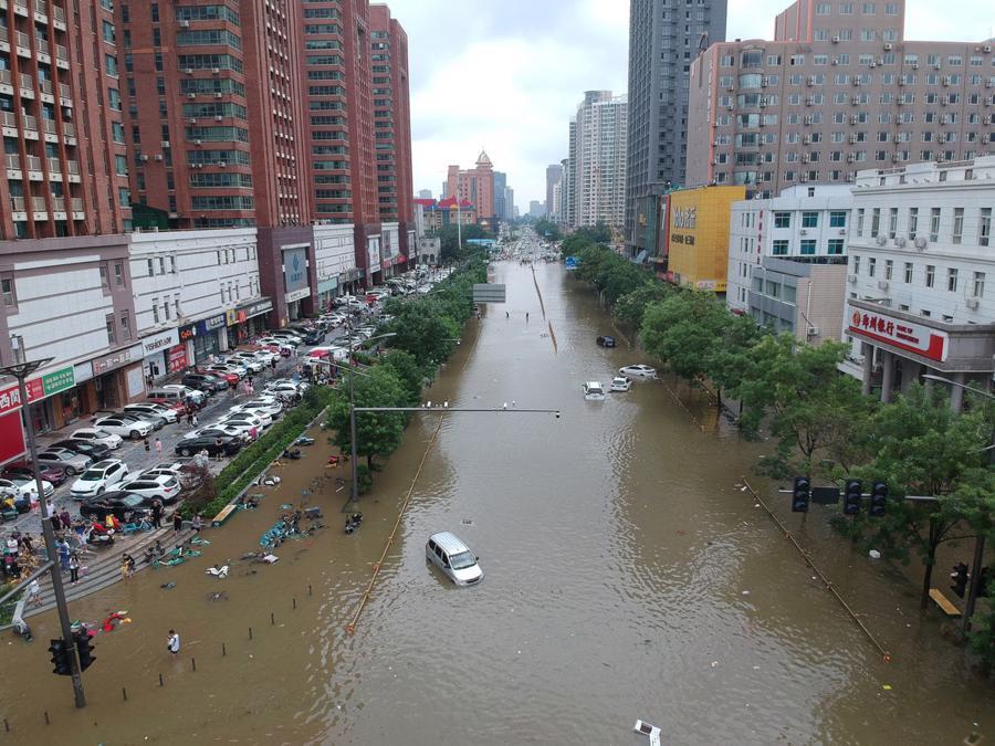 Ảnh chụp từ trên không cho thấy một đoạn đường bị ngập lụt tại Trịnh Châu ngày 21/7 - Ảnh: China Daily/Reuters