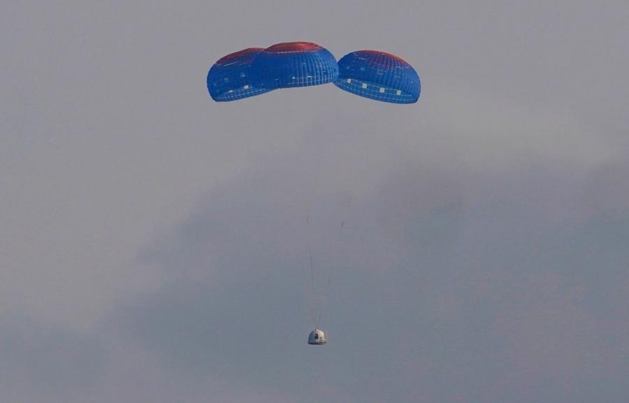 Sau khoảng gần 11 phút ởđường Karman - ranh giới giữa Trái Đất và vũ trụ, khoang tàu đưa phi hành đoàn hạ cánh bằng dù xuống sa mạc ở Texas - Ảnh: AP