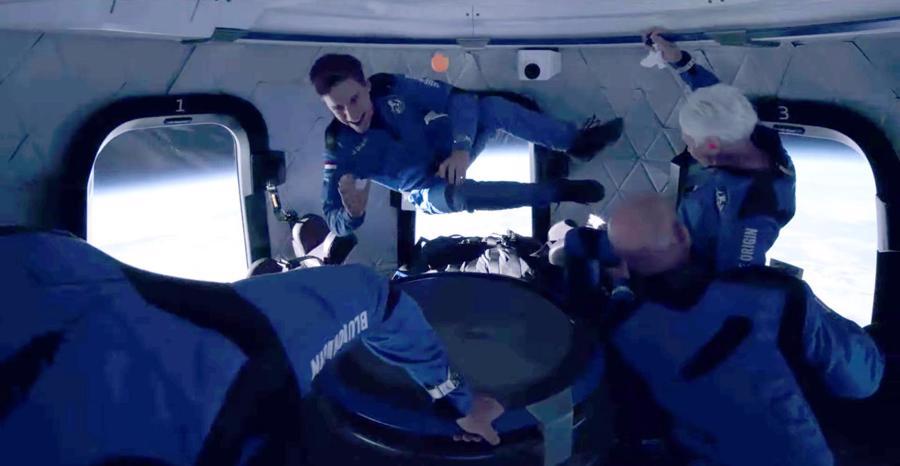 Phi hành đoàn trải nghiệm cảm giác không trọng lực ở rìa vũ trụ - Ảnh:Blue Origin/Reuters