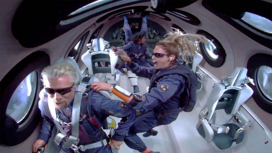 ÔngBezos trở thành tỷ phú thứ hai bay vào vũ trụ trong vòng chưa đầy hai tuần qua. Hôm 11/7, tỷ phúRichard Branson,người sáng lập tập đoàn Virgin Group, cũng tham gia chuyến bay chở người đầu tiên trên tàu vũ trụ VSS Unity do công ty con Virgin Galactic chế tạo. Virgin Galactic và Blue Origin đang cạnh tranh trên đường đua đưa khách du lịch ra vũ trụ. Giá vé cho một suất du lịch của Virgin Galactic là 250.000 USD, còn Blue Origin chưa công bố giá. Cả hai đều mang đến cho du khách trải nghiệm không trọng lực trong vài phút và ngắm nhìn trái đất từ trên cao - Ảnh: Virgin Galactic