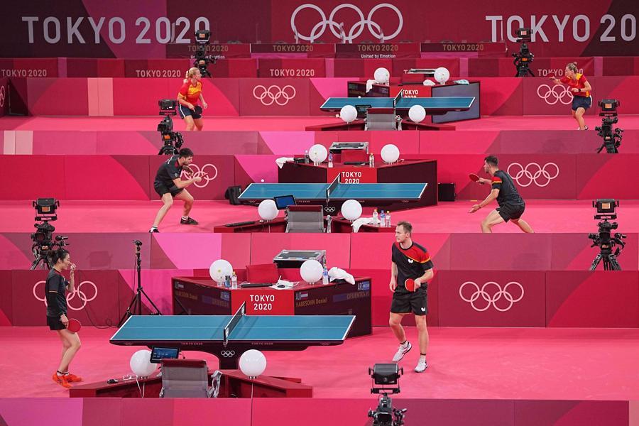 Các vận động viên bóng bàn tập dượt cho Thế vận hội tại Nhà thi đấu trung tâm Tokyo - Ảnh: Zuma/WSJ.