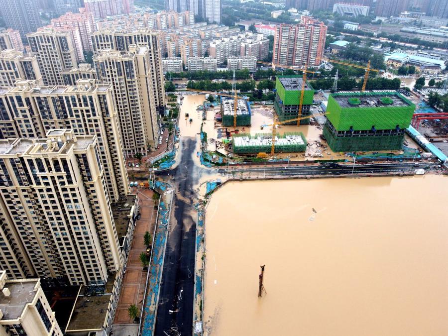 Ảnh chụp từ trên không cho thấy các khu vực bị ngập lụt sau trận mưa lớn ở Trịnh Châu, tỉnh Hà Nam, Trung Quốc ngày 21/7 - Ảnh: Reuters
