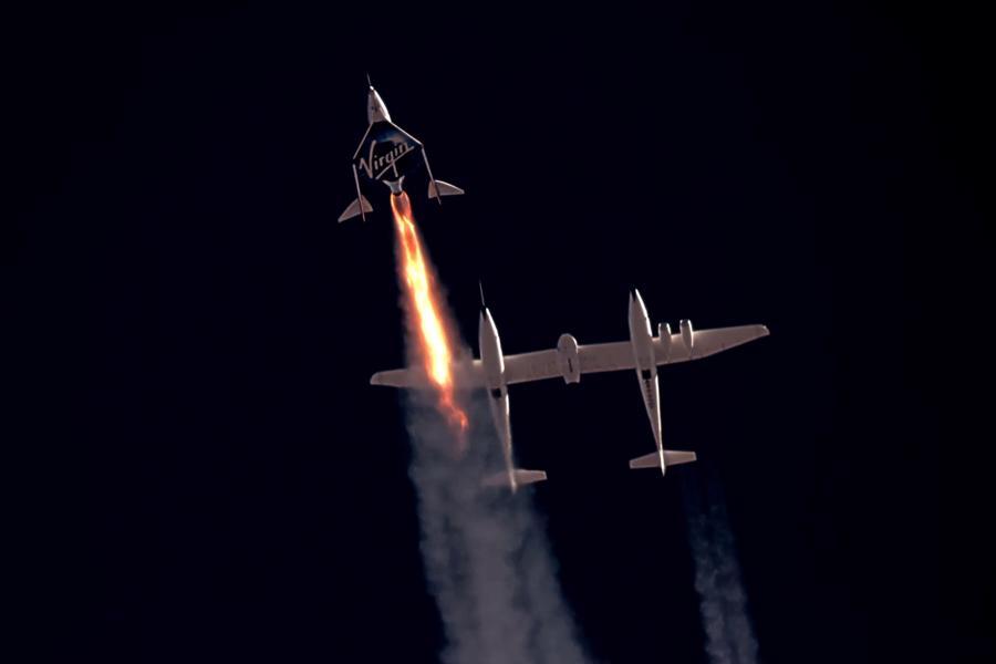 Điểm khác biệt lớn nhất nằm ở phương thức phóng của VSS Unity và New Shepard. VSS Unity của Virgin Galactic là máy bay vũ trụ do hai phi công điều khiển, cất cánh trên lưng máy bay vận chuyển và hạ cánh trên đường băng - Ảnh: Virgin Galactic