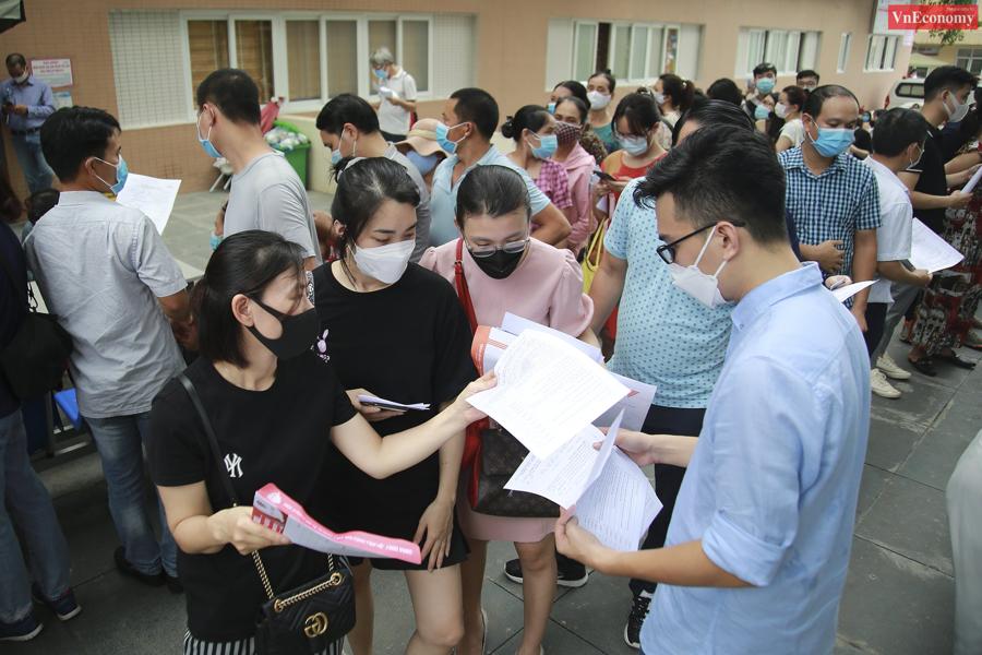 Bí thư Thành ủy Hà Nội chỉ đạo tạm dừng điểm tiêm vaccine Covid-19 tại Bệnh viện E - Ảnh 1