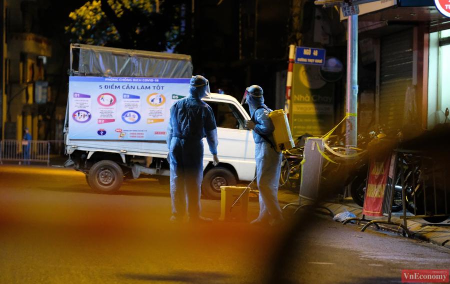 Khoảng 10h đêm, lực lượng y tế bắt đầu tiến hành phụ khử khuẩn cho khu vực xung quanh số nhà 40.