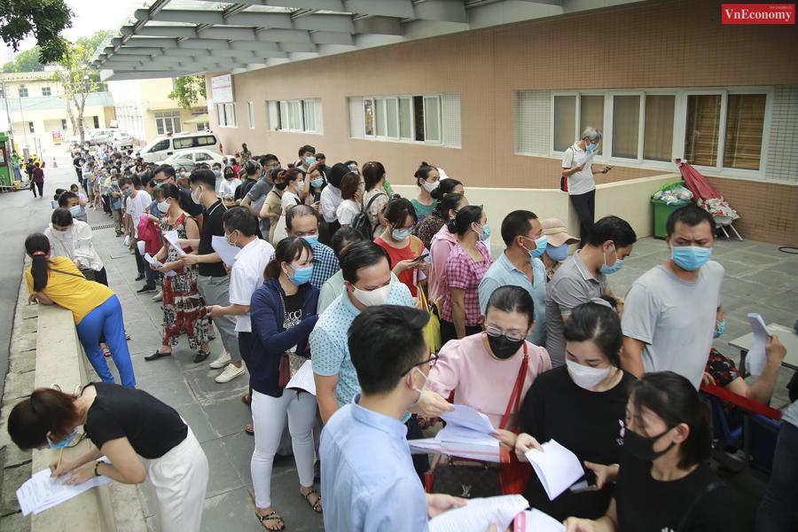 Hàng trăm nhân viên một số doanh nghiệp trên địa bàn Hà Nội chen nhau trong khuôn viên Bệnh viện E để đăng ký tiêm vaccine phòng Covid-19. Ảnh: Phương Thảo