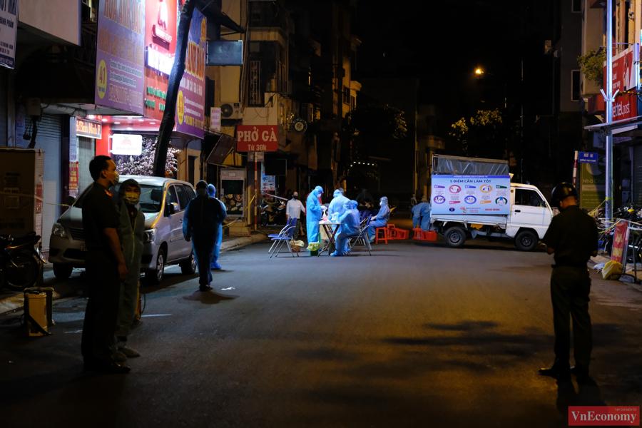 Đoạn phố Thụy Khuê được phun khử khuẩn và lấy mẫu xét nghiệm ngay trong đêm - Ảnh 5