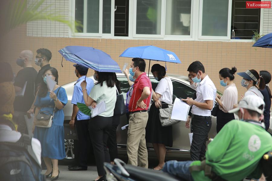 Người dân xếp hàng dài từ ngoài cổng vào đến sảnh tòa nhà bệnh viện (phố Trần Cung, phường Cổ Nhuế 1, quận Bắc Từ Liêm), chen chúc, không đảm bảo giãn cách. Ảnh: Phương Thảo