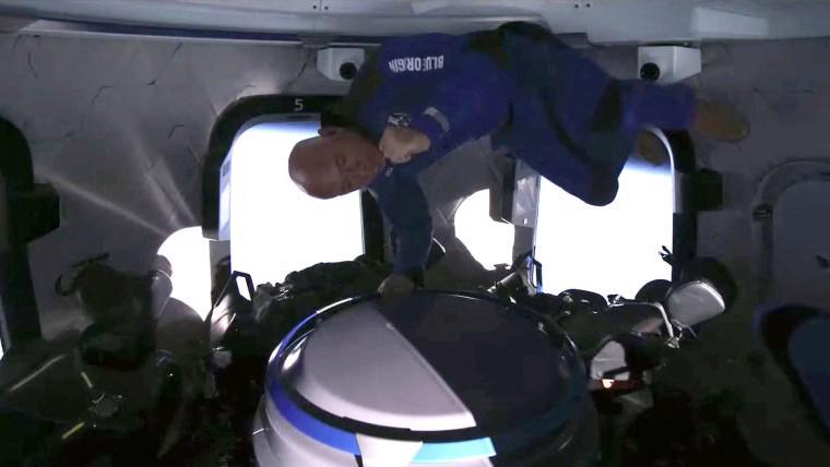 Tỷ phú Jeff Bezos ở trạng thái không trọng lực trong chuyến bay hôm 20/7 - Ảnh: NBC News
