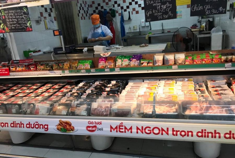 Tại các siêu thị,hàng hóa được thường xuyên bổ sung lên kệ, số lượng dồi dào, chủng loại phong phú, không hề xuất hiện các kệ hàng trống.