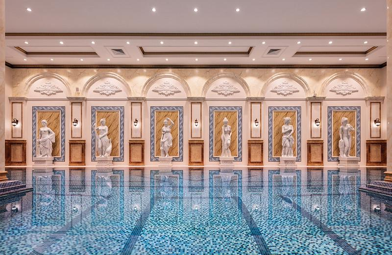 D'. Palais Louis sở hữu cụm bể bơi bốn mùa cực kì độc đáo nằm trên độ cao 120m tại tầng mái tòa nhà.